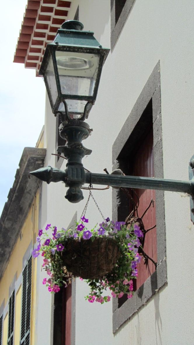 Farola con flores en zona Velha de Funchal