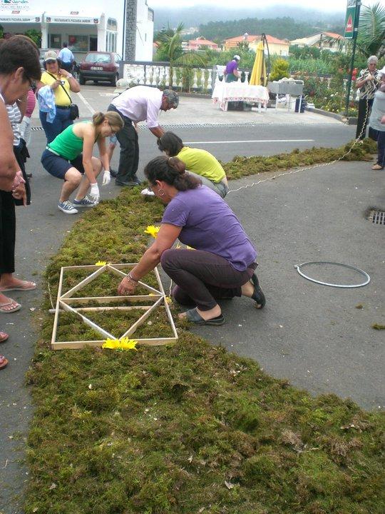 Haciendo alfombras de flores